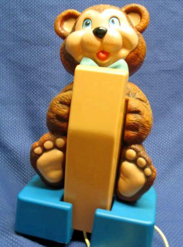 Lo que la palabra de teléfono del oso de peluche con el anillo